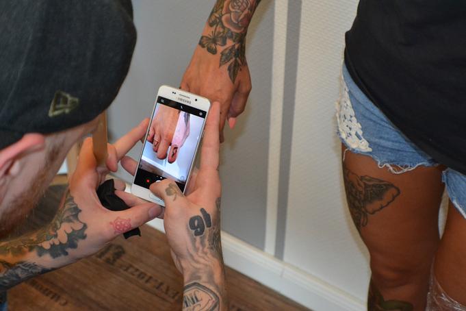 Fotografieren nach dem Tätowieren im Tattooroom in Walsrode
