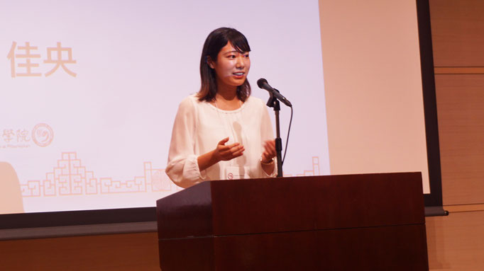 身振り手振りを交えながら自らの経験を語る横山佳央さん。