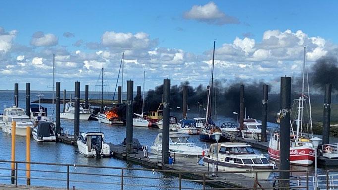 Am 21.07.2020 gegen 17:00 Uhr brach auf einer Motoryacht im Altenbrucher Hafen ein Feuer aus.