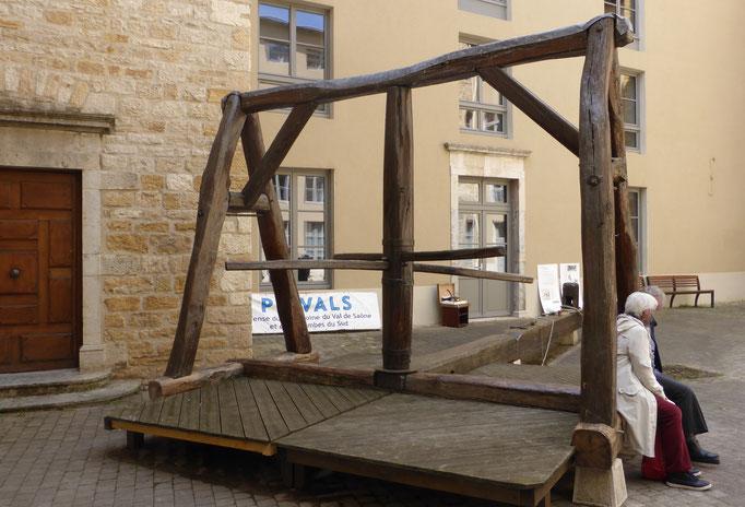 L'argue du XVIIIe siècle reconstituée par PRIVALS. L'asssociation travaille actuellement à la restauration  d'un ancien rouet qui permettait de tresser des fils de soie et de métal doré ou argenté pour le tissage.