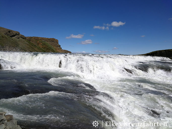 Von dem Felsplateau erfasst man die Wucht des Wasserfalls am besten.