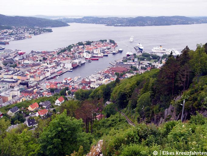 Blick vom Mount Fløyen auf Bergen