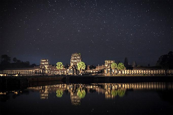 Angkor Wat de noche. Entrada oeste iluminada con los faros de los coches al pasar
