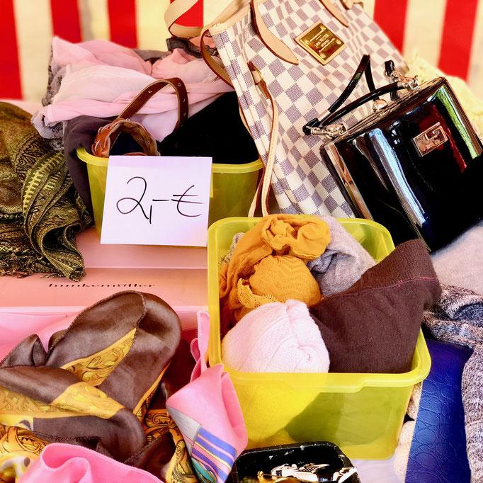 Angebotsboxen auf dem Flohmarkt by KamiKatze Nina