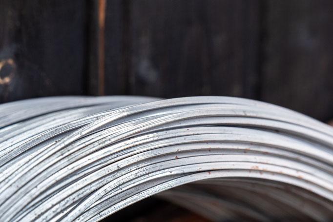 Rohmaterial am Bund - woraus der Rahmen der Maultrommel hergestellt wird
