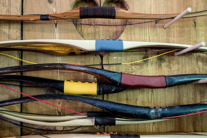Traditionelles Bogenschiessen in mittelalterlicher Gewandung, Holzbogen aus eigener Werkstatt