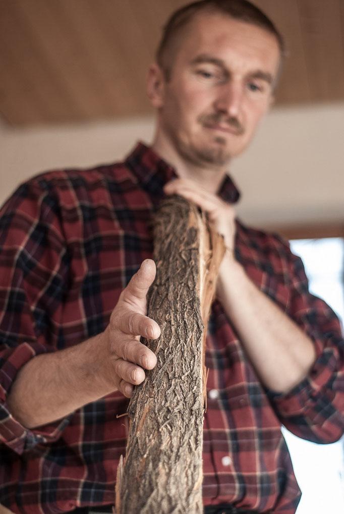 Gerhard Wiesler beim Begutachten eines Bogenrohlings für den Bogenbau
