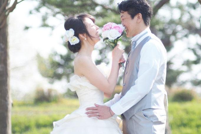 幸せそうなカップルの結婚式画像