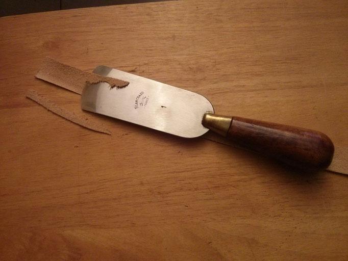 Préparation du bordage : parage de la bande de cuir