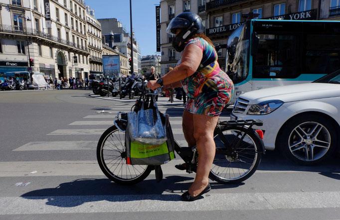 Photographie, France, Paris, Saint Lazare, street photo, femme, solex,femme, passant, robe, circulation, couleurs,été, rue, Mathieu Guillochon