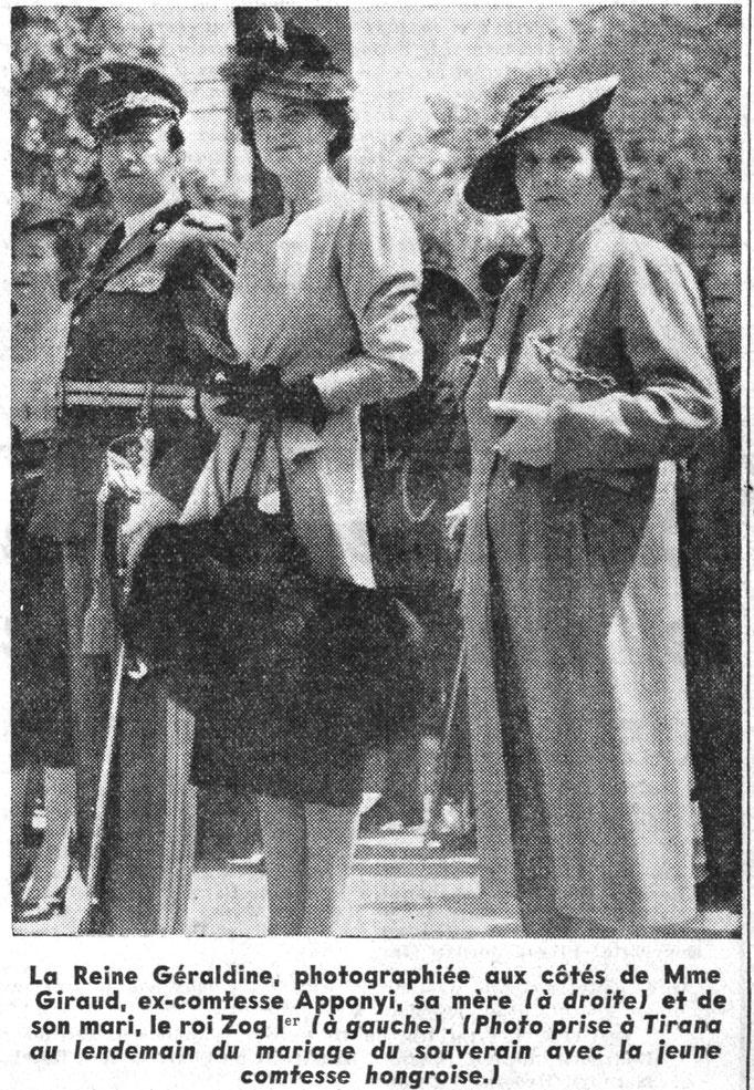 Mbretëresha Geraldinë, fotografuar së bashku me zonjën Giraud, ish-konteshën Apponyi, nënën e saj (në të djathtë) dhe bashkëshortin e saj, mbretin Zog I (në të majtë). (Foto e realizuar në Tiranë një ditë pas martesës së sovranit me konteshën hungareze.)