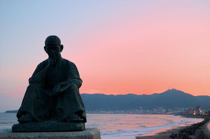 石川啄木&土方歳三の博物館そばに石川啄木の銅像がありまして、そこで夕焼けを撮る