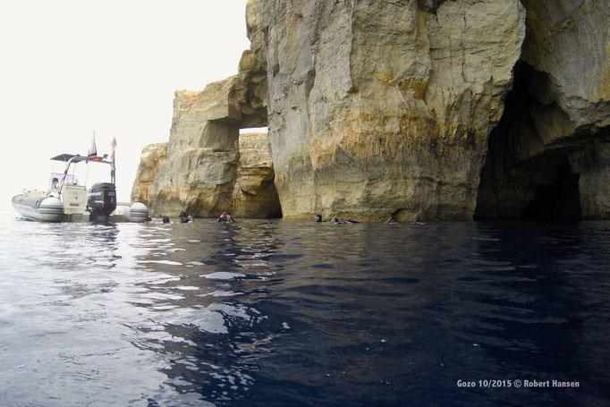 Mit dem Boot zum Höhleneingang © Robert Hansen, Gozo Oktober 2015