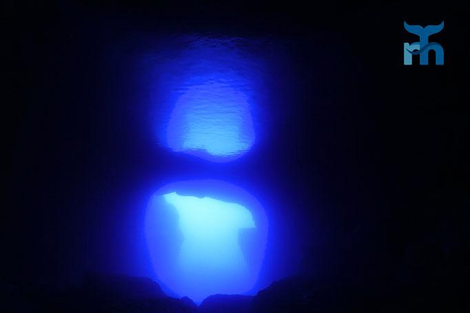 Spiegelbild des Höhleneingangs im Blue Dome, reflektiert von der Oberfläche © Robert Hansen