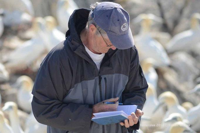 Rob notiert die Nummern der Ringe in seinem Heft © Robert Hansen