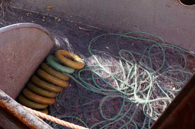 Fischernetz mit Schwimmkörpern, die das Netz in die Höhe ziehen. © Robert Hansen, Hamnøya, April 2014
