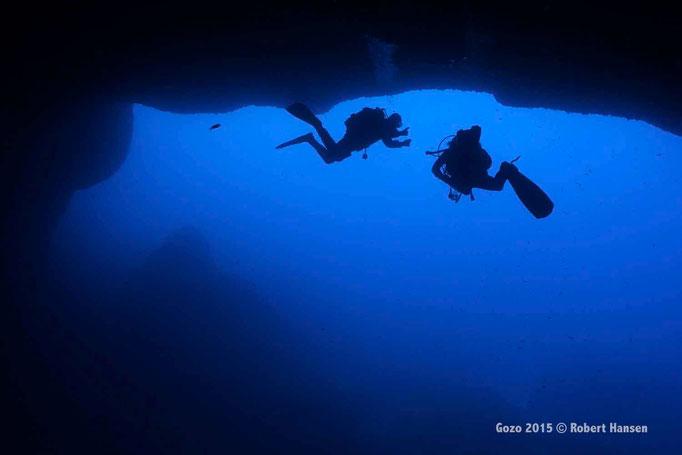 Grotte. Mirko erklärt Till (rechts) die Eigenheiten des Höhlentauchens. © Robert Hansen, Gozo 2015