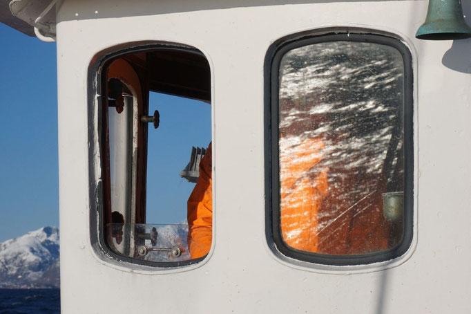 Das Meer spiegelt sich im Fenster der Steuerhauses. © Robert Hansen, Hamnøya, April 2014. © Robert Hansen, Hamnøya, April 2014