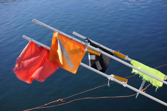 Markierungsbojen für das Fischernetz. © Robert Hansen, Hamnøya, April 2014