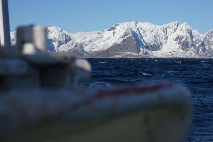 Atemberaubende Kullisse bei der Arbeit. © Robert Hansen, Hamnøya, April 2014