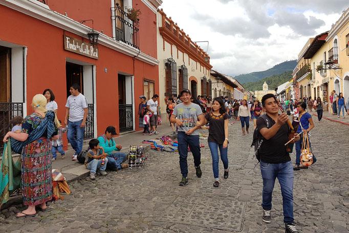 """Feiertag: """"Revolución de 1944"""" in Guatemala - eige Straßen in Antigua sind für Autos gesperrt, der Rest der Stadt ist vollgestopft und die Abgaswolke macht dem Vulkan Konkurrenz."""