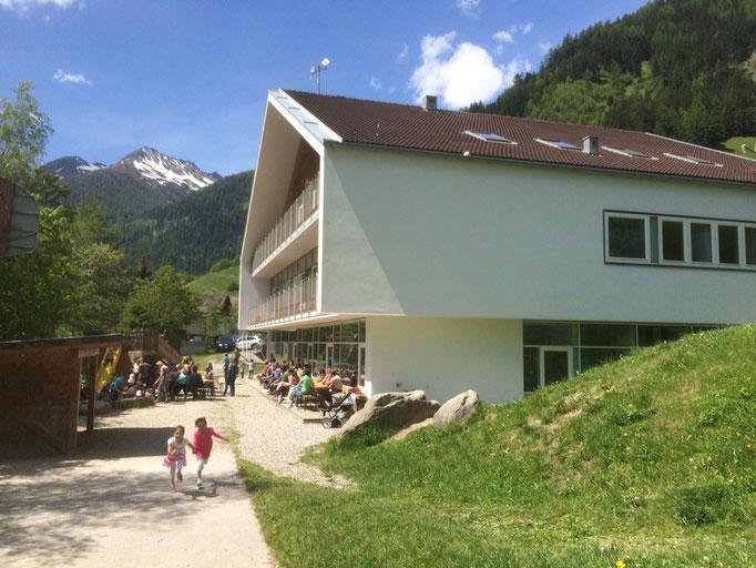 Grundschule und Kindergarten Weißenbach im Ahrntal: Abschlussfeier des Kindergartenjahres 2014/2015 bei einer gemeinsamen Grillfeier mit den Eltern der Kindergartenkinder