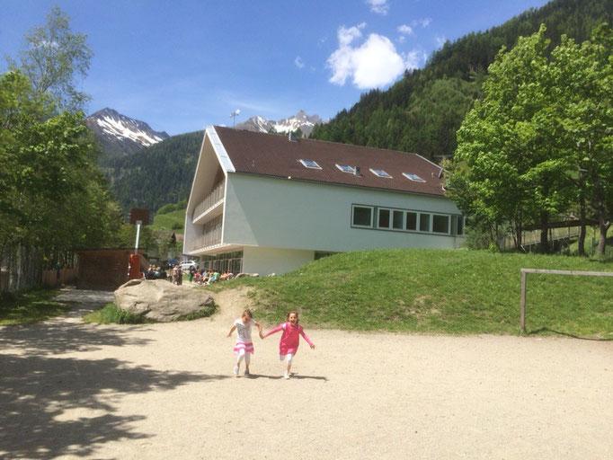 Rund um das Grundschul- und Kindergartengebäude von Weißenbach befindet sich ein schöner Kinderspielplatz