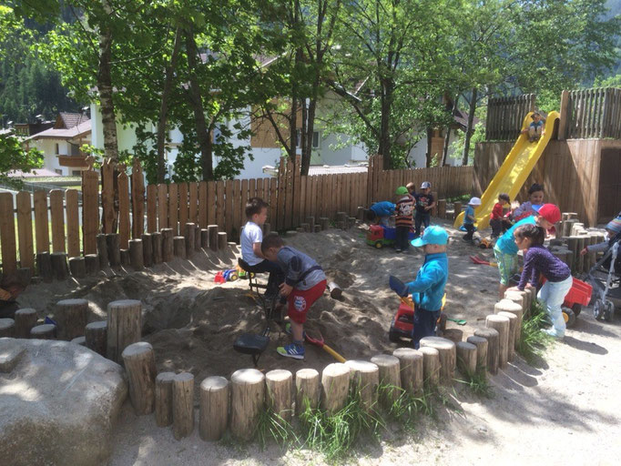 Der große Sandkasten vor dem Kindergarten Weißenbach