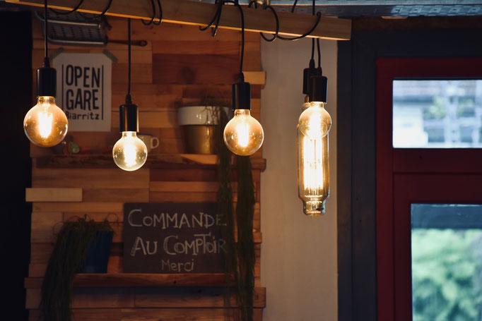 Comptoir d'accueil et bar assemblage japonais et scrapwood