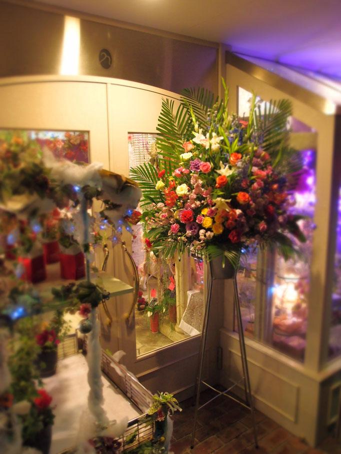 夜のお店に明るい生花スタンド