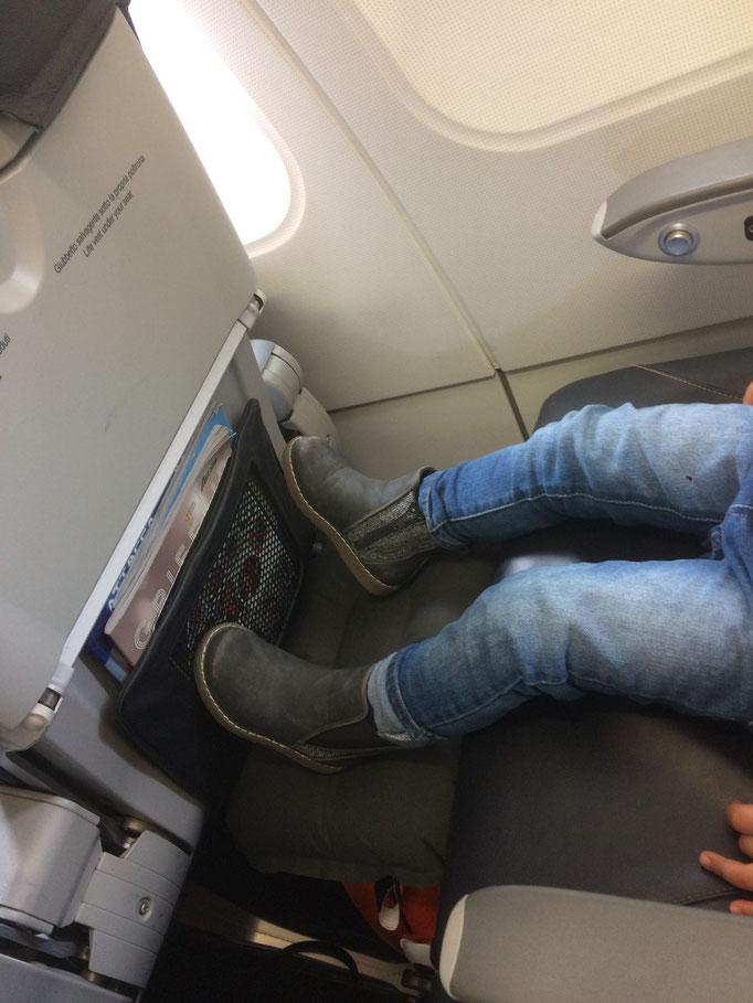 Poggia un cuscino gonfiabile (Decathlon) sulla Trunki per far poggiare i piedi e rendere la seduta più comoda!