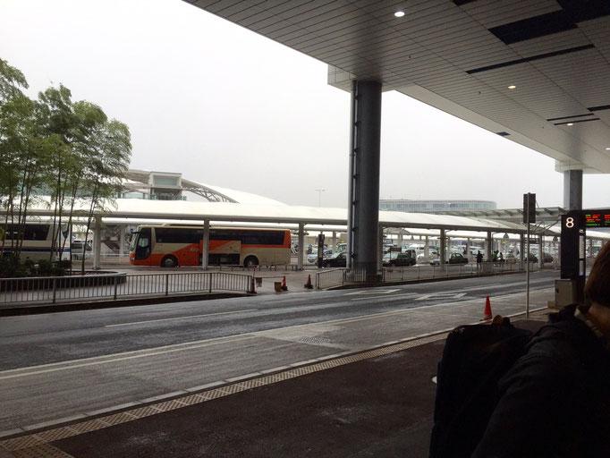 Kurzes Warten auf den Bus, der uns in die City bringt