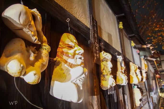 Auf der Seite des Tempel hängten diese Fratzen