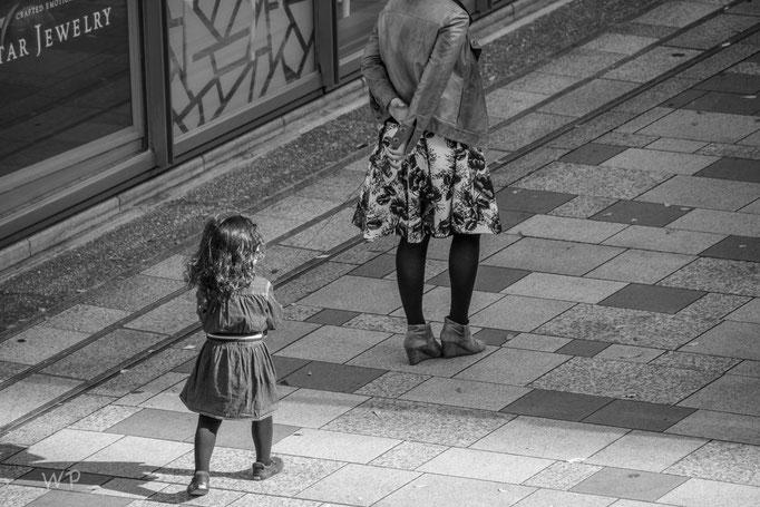 Leider sieht man es kaum, aber das Kind ist an einer Schnur mit der Mutter verbunden
