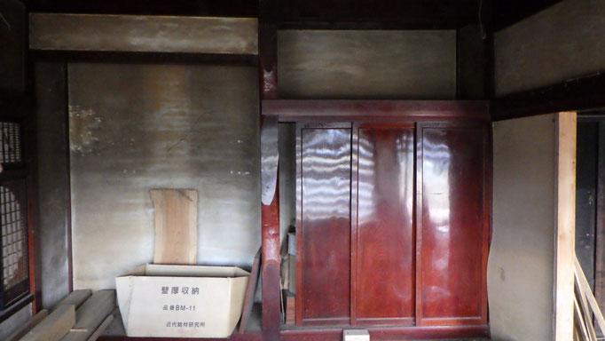 無垢の欅床板と框。三枚の一枚板戸、超貴重な三当たりの床柱。いずれも祖父曰く「家を建てるときはこの床の間を持ってけ!』と。