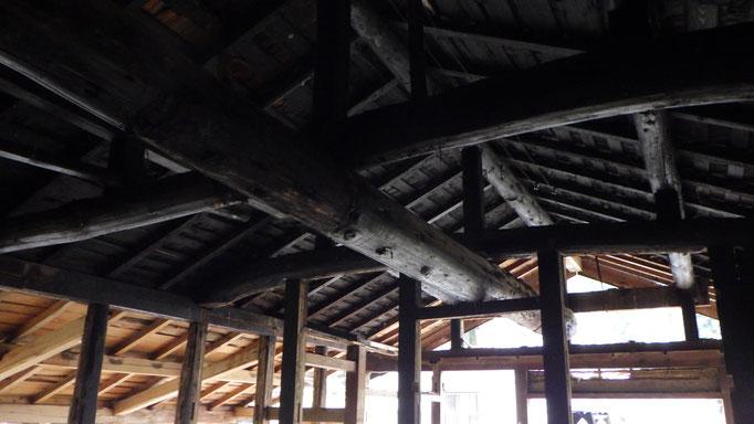 小屋裏は昔の囲炉裏の火で真っ黒。