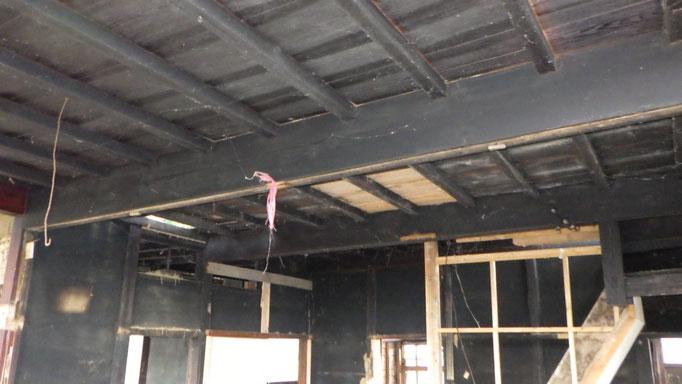 囲炉裏で真っ黒な2階台