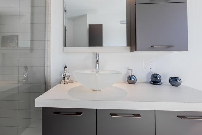 Salle de bain, douche céramique, bain autoportant, bois franc et céramique