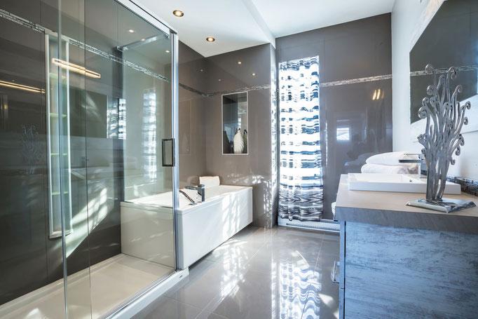 Salle de bain : Céramique 10 pi x 8 pi 6 po Douche céramique 36 po x 60 po