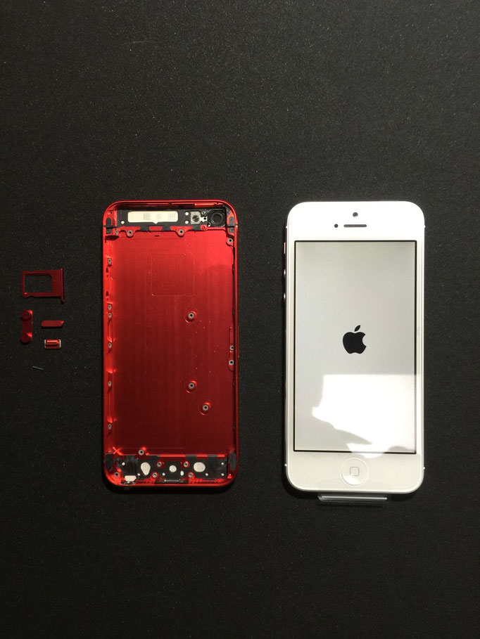 右の白い端末から、左の赤いiphone5用ハウジングに、すべて内蔵パーツを移植します。