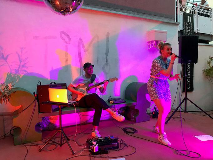 LAURA LATO auf der Bühne im Innenhof
