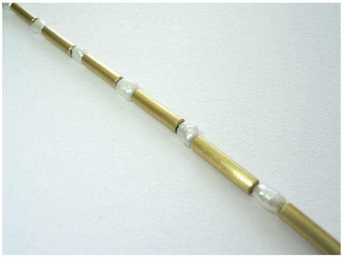 Schlicht zarte Goldkette mit weissen Süßwasserperlen