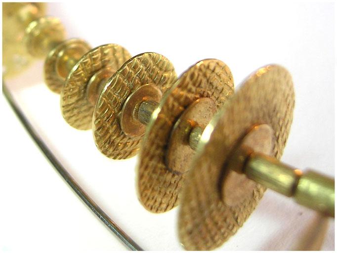 Stahlreif mit Gelbgold Elementen, eigenwillig und besonders