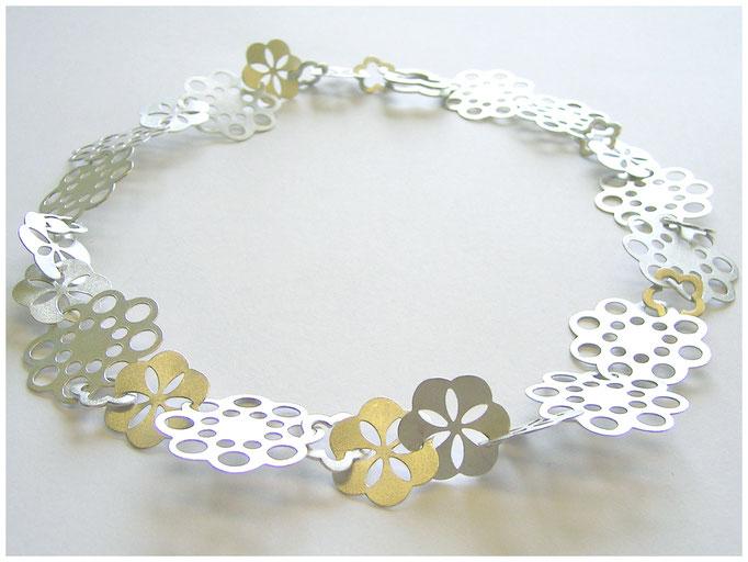Origineller Blumen Halsschmuck aus Silber