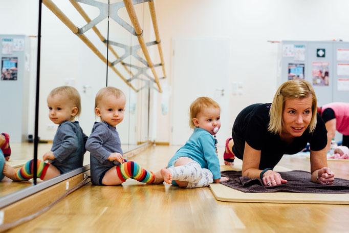 Trainerin Claudia beim Workout mit Baby