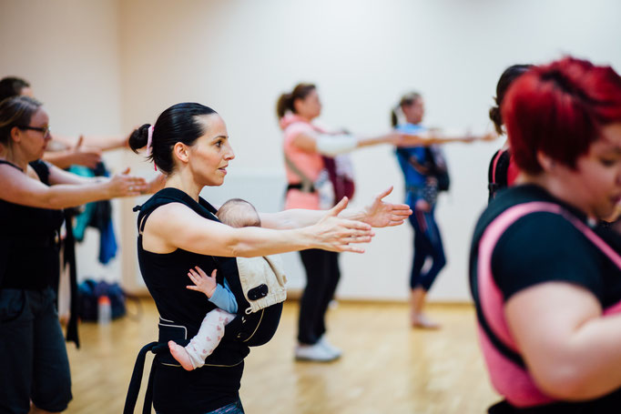Frauen beim Workout mit Tragehilfe