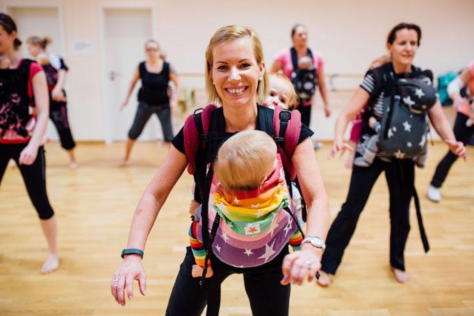 Trainerin Claudia beim Workout mit Trage