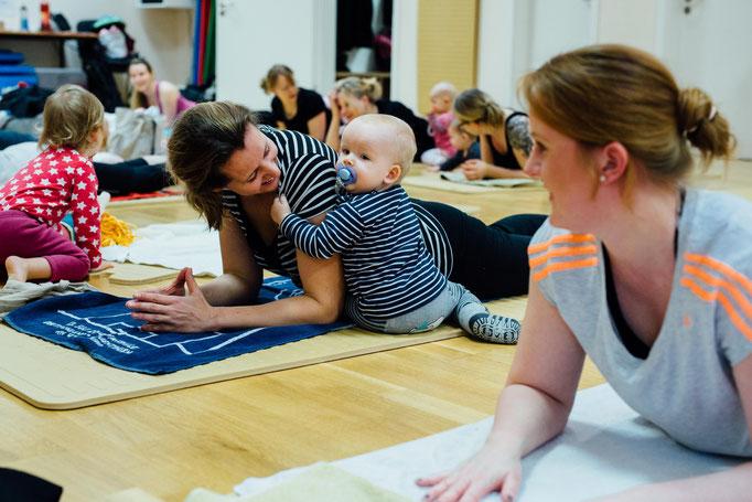 Bodenübungen mit Baby