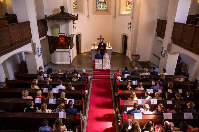 übersichtsaufnahme der Kirchlichen Hochzeit, Kirchenhochzeit, Hochzeit in der Kirche, Hochzeitsfotograf