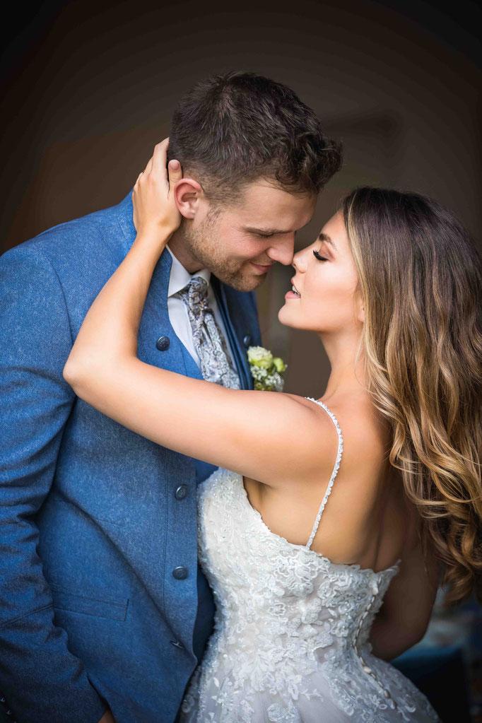 First Kiss, Weingut Hochzeitsfotograf, authentische Hochzeitsbilder Weingut Joachim Flick